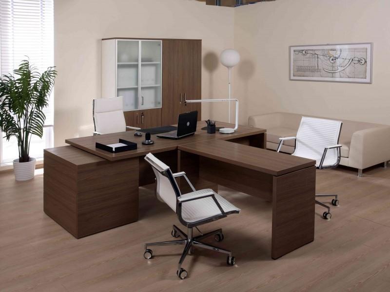 Выбираем стол для руководителя: материал, форма и стиль