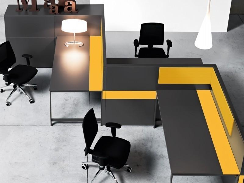 интерьер офиса с потолочным освещением
