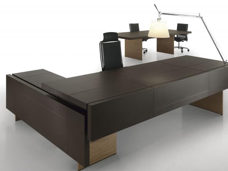 коричневый стол для персонала фото
